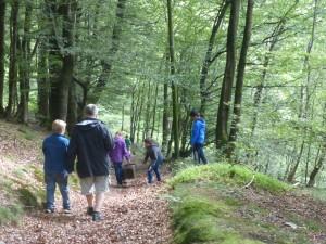 Gemeinsam macht eine Exkursion durch den Wald erst richtig Spaß.